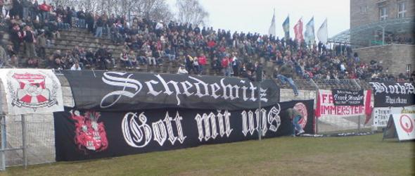 Eine überdimensioniertes »Gott mit uns«-Banner am Zwickauer Fanbllock